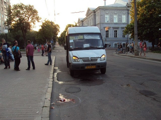У стен черниговской мэрии маршрутка сбила велосипедиста (фото) - фото 1