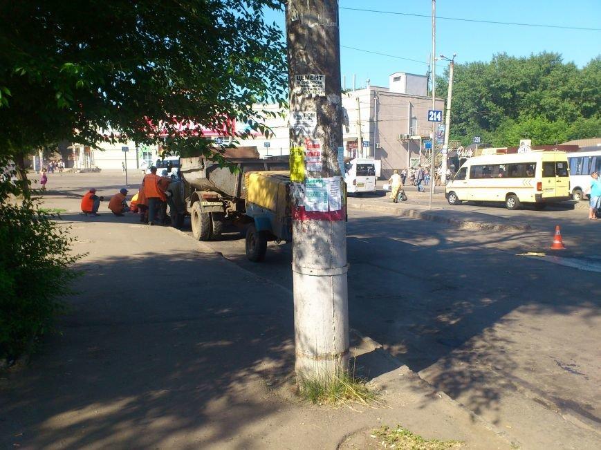 На площади Освобождения, где троллейбусы и маршрутки проваливались в ямы, начали ремонт дороги (ФОТО), фото-6