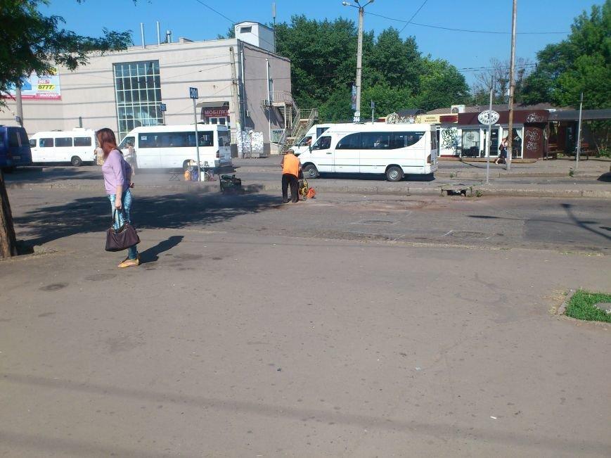 На площади Освобождения, где троллейбусы и маршрутки проваливались в ямы, начали ремонт дороги (ФОТО), фото-2