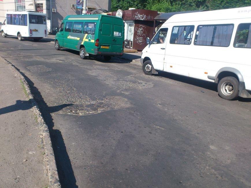 На площади Освобождения, где троллейбусы и маршрутки проваливались в ямы, начали ремонт дороги (ФОТО), фото-3