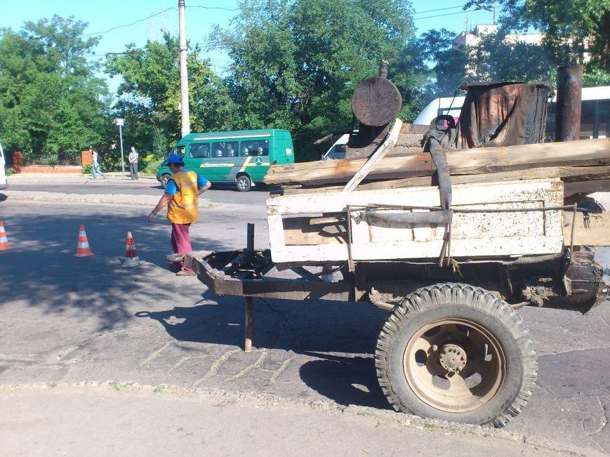 На площади Освобождения, где троллейбусы и маршрутки проваливались в ямы, начали ремонт дороги (ФОТО), фото-1