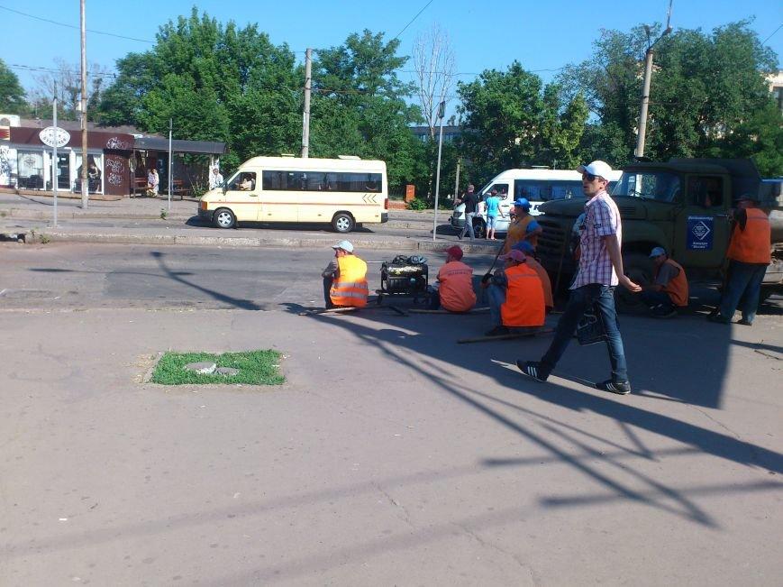 На площади Освобождения, где троллейбусы и маршрутки проваливались в ямы, начали ремонт дороги (ФОТО), фото-5