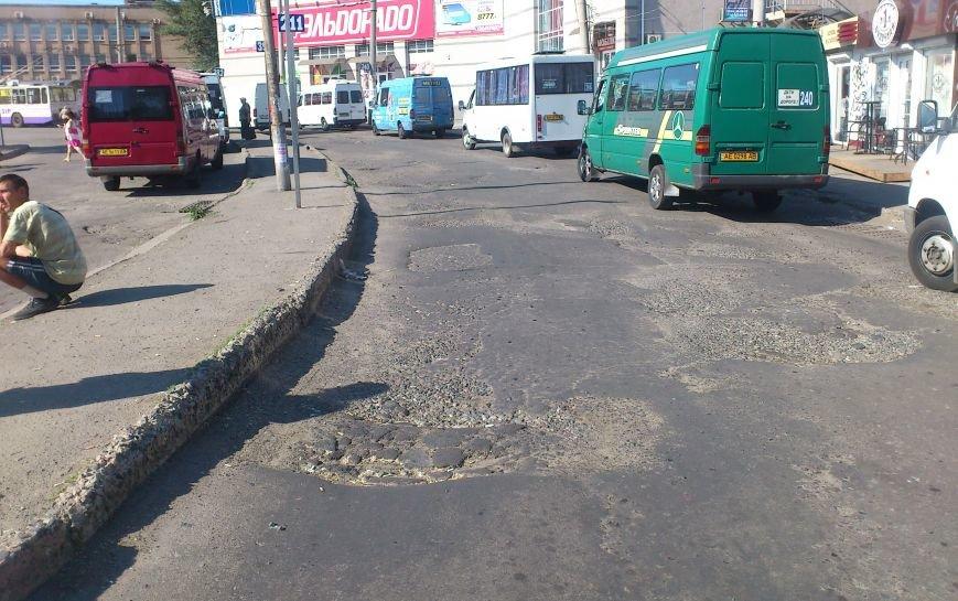 На площади Освобождения, где троллейбусы и маршрутки проваливались в ямы, начали ремонт дороги (ФОТО), фото-7