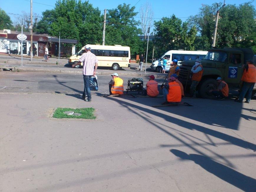 На площади Освобождения, где троллейбусы и маршрутки проваливались в ямы, начали ремонт дороги (ФОТО), фото-4