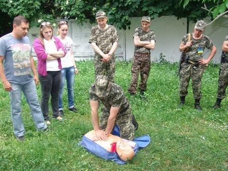 Буковинські студенти-медики разом з викладачами вчили прикордонників надавати першу медичну допомогу (фото) - фото 1