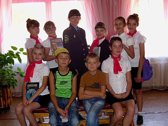 Накануне летних каникул сотрудники линейного отдела на станции Кривой Рог-Главный посетили школу № 90 (ФОТО) (фото) - фото 1