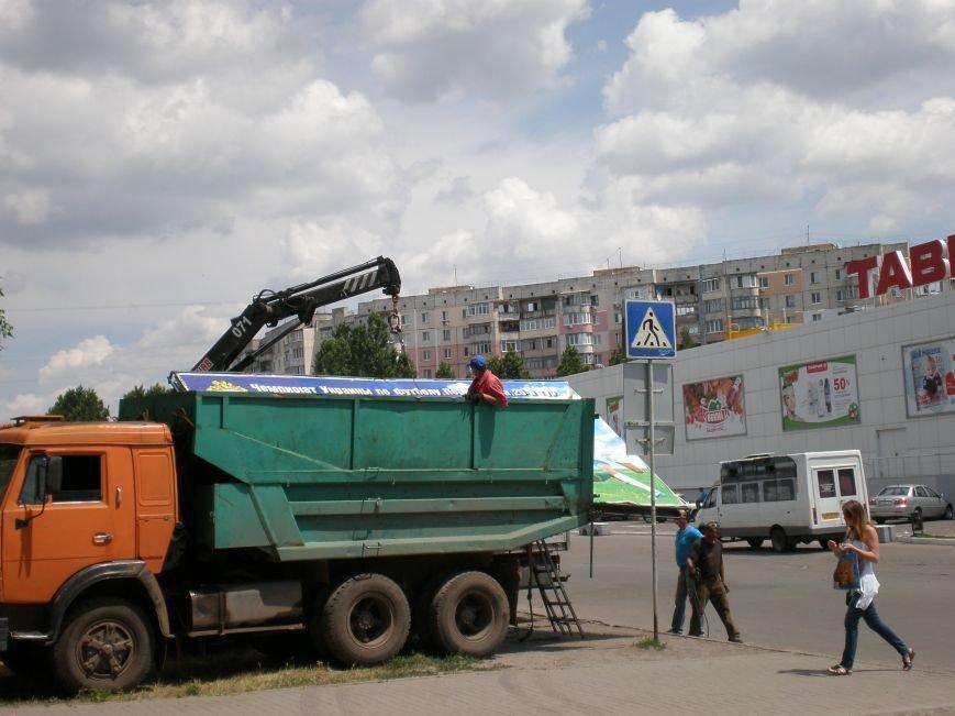 В Николаеве снесли «незаконные» билборды (фото) - фото 2
