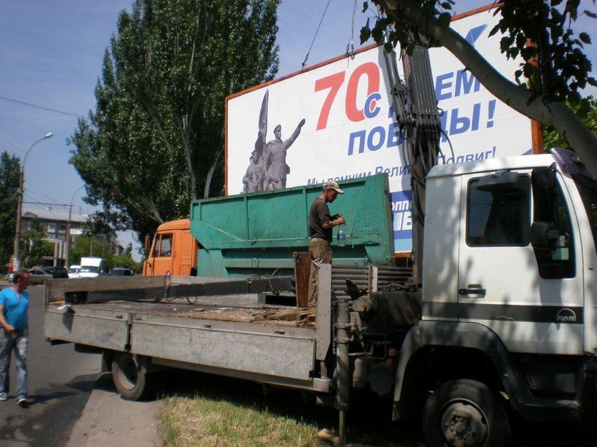 В Николаеве снесли «незаконные» билборды (фото) - фото 1