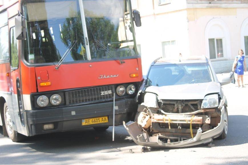 В Кривом Роге внедорожник врезался в автобус. Есть пострадавшие  (ФОТО), фото-15