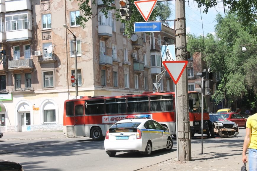 В Кривом Роге внедорожник врезался в автобус. Есть пострадавшие  (ФОТО), фото-14