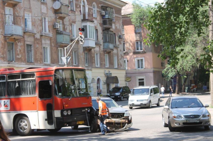 В Кривом Роге внедорожник врезался в автобус. Есть пострадавшие  (ФОТО), фото-8