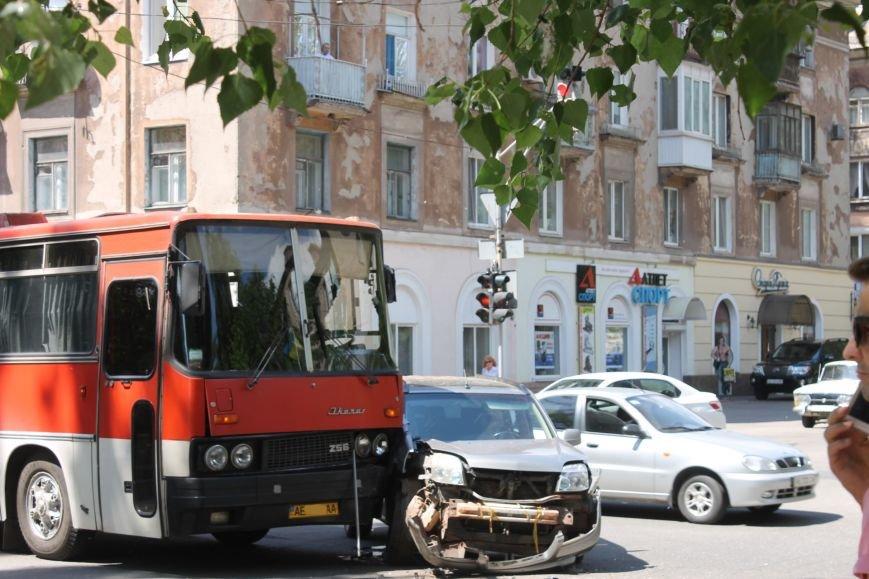 В Кривом Роге внедорожник врезался в автобус. Есть пострадавшие  (ФОТО), фото-4