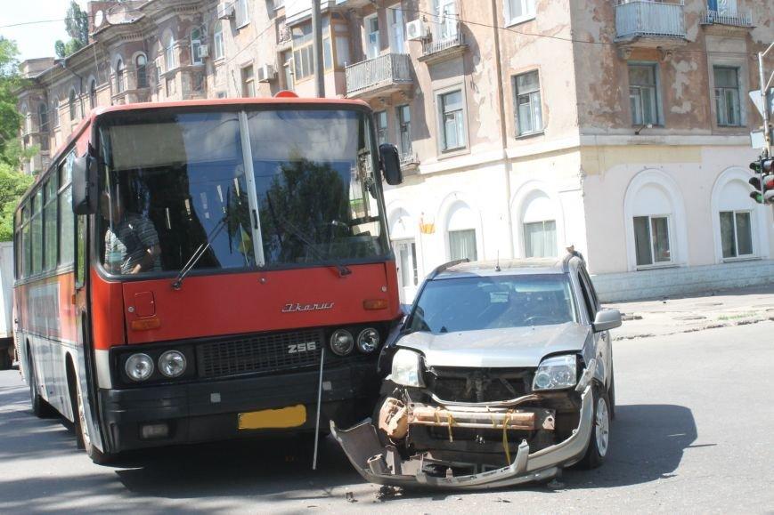 В Кривом Роге внедорожник врезался в автобус. Есть пострадавшие  (ФОТО), фото-3