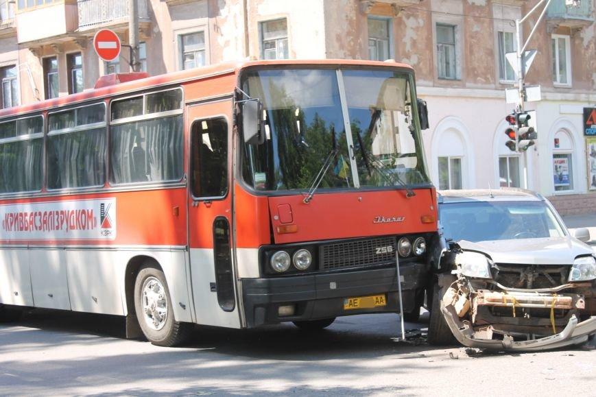 В Кривом Роге внедорожник врезался в автобус. Есть пострадавшие  (ФОТО), фото-2