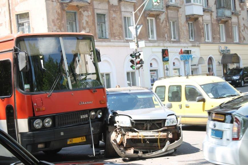 В Кривом Роге внедорожник врезался в автобус. Есть пострадавшие  (ФОТО), фото-1