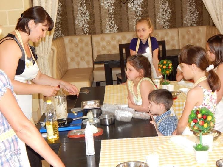 Діти бійців, які перебувають на передовій вчились готувати смаколики (ФОТОРЕПОРТАЖ) (фото) - фото 1