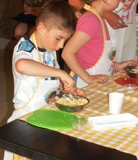 Діти бійців, які перебувають на передовій вчились готувати смаколики (ФОТОРЕПОРТАЖ) (фото) - фото 4