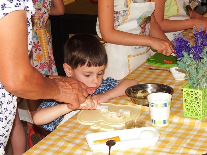 Діти бійців, які перебувають на передовій вчились готувати смаколики (ФОТОРЕПОРТАЖ) (фото) - фото 2