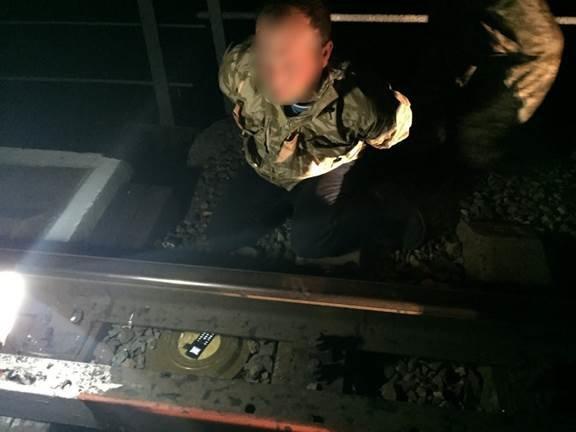 На Харькощине диверсант пытался взорвать поезд с военной тнехникой (ФОТО+ВИДЕО) (фото) - фото 1