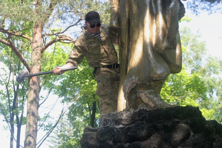 На Рівненщині  знищили пам'ятник тирану (+ФОТО) (фото) - фото 12