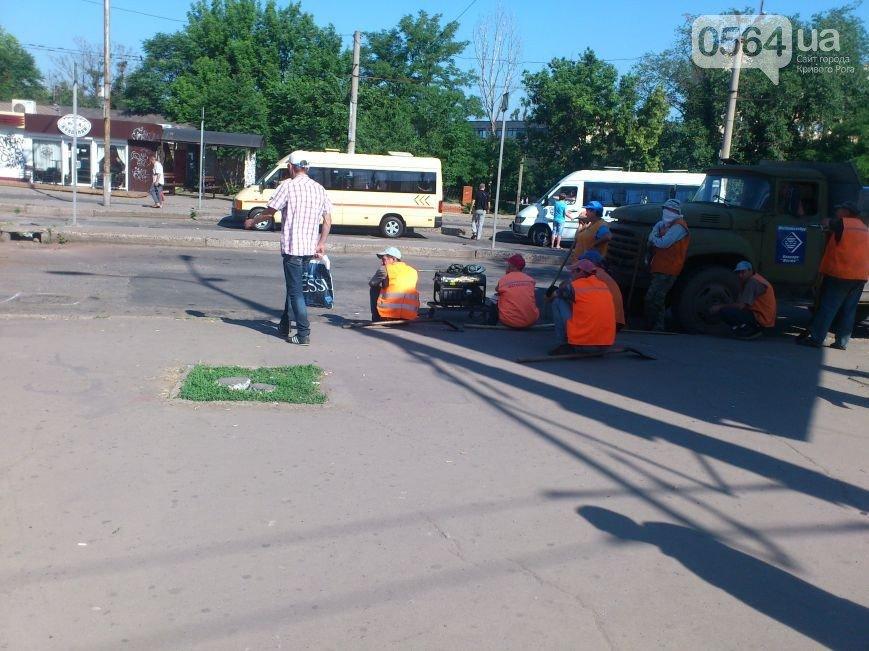 В Кривом Роге: внедорожник въехал в автобус, начался ремонт «убитой» дороги, заключенные помогают украинским военнослужащим (фото) - фото 2