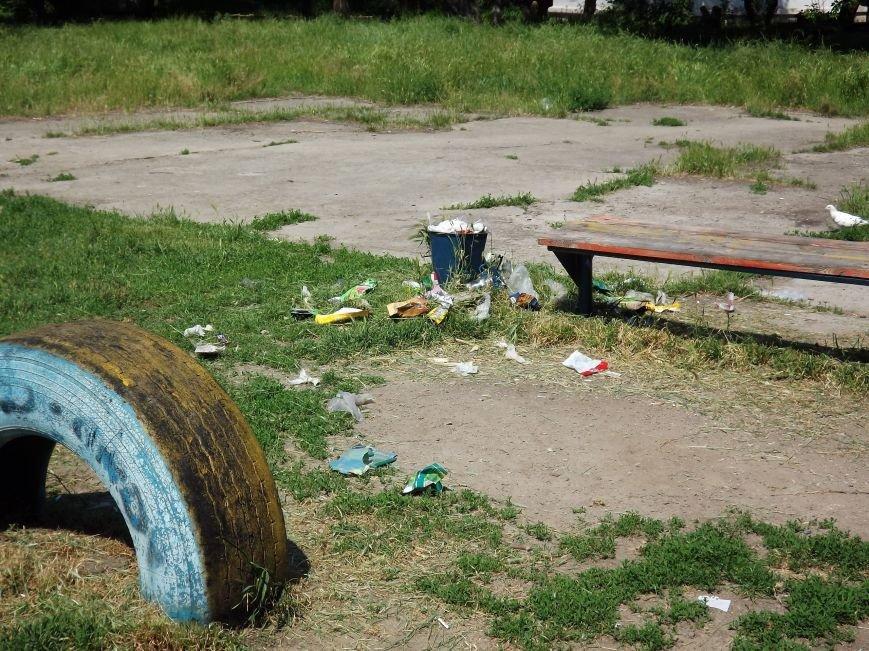 В Запорожье очередная детская площадка утопает в мусоре (ФОТОФАКТ) (фото) - фото 1