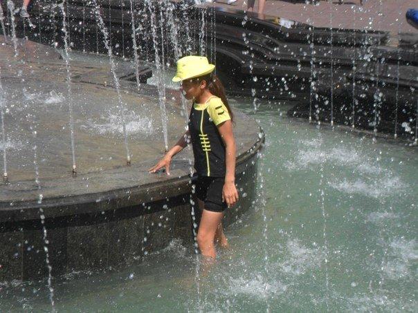 Львів'яни перетворили фонтан біля Оперного театру на басейн (ФОТО+ВІДЕО) (фото) - фото 1