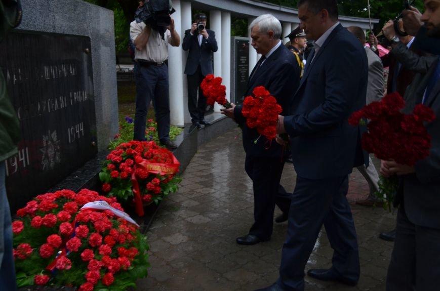 В Симферополе под дождем возложили цветы к монументу «Танк Т-34» (ФОТО), фото-6