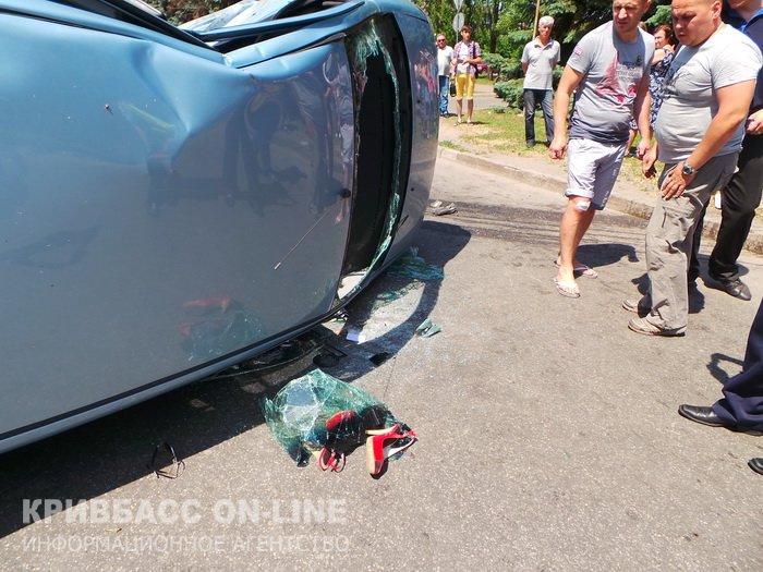 В центре Кривого Рога столкнулись две иномарки: госпитализирована водитель «Hyundai» (ФОТО) (фото) - фото 1