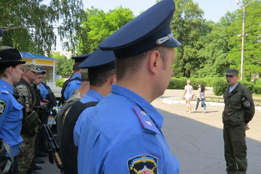 Пятничный инструктаж нарядов милиции на площади Шибанкова в Красноармейске, фото-2