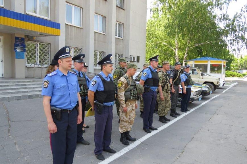Пятничный инструктаж нарядов милиции на площади Шибанкова в Красноармейске, фото-1