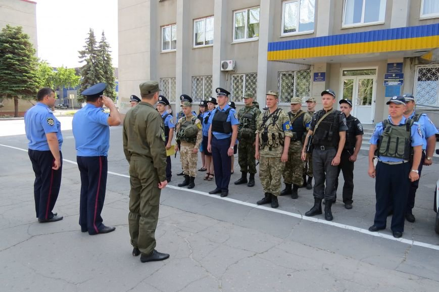 Пятничный инструктаж нарядов милиции на площади Шибанкова в Красноармейске, фото-6