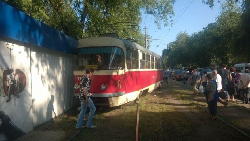 На одесском Фонтане сошел с рельсов трамвай (ФОТО) (фото) - фото 1