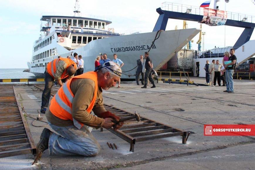 В Крыму российские силачи установили мировой рекорд, вручную сдвинув паром весом 2 000 тонн (ФОТО), фото-2