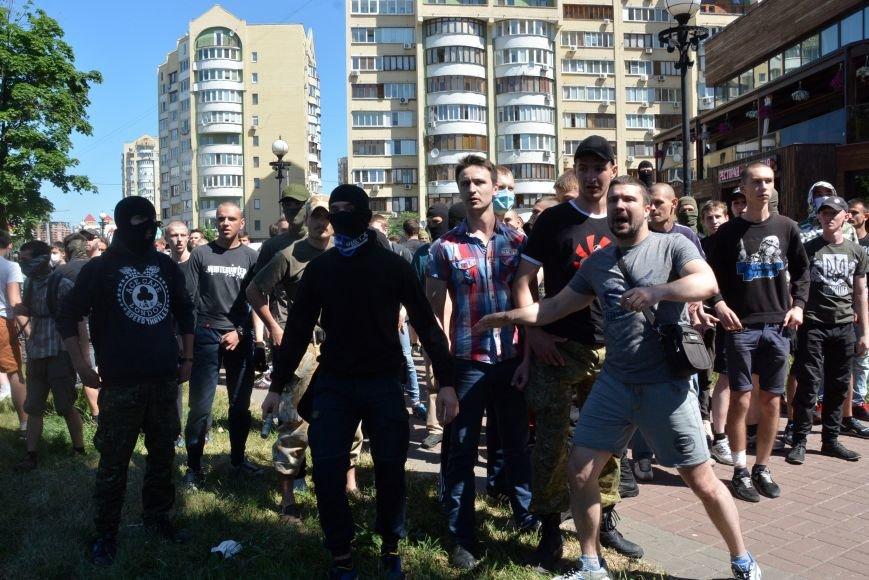 Разбитые головы и слезоточивый газ: в Киеве прошел ЛГБТ-марш (ФОТОРЕПОРТАЖ) (фото) - фото 4