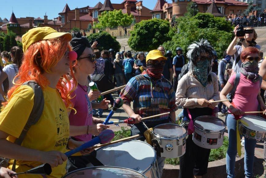 Разбитые головы и слезоточивый газ: в Киеве прошел ЛГБТ-марш (ФОТОРЕПОРТАЖ) (фото) - фото 1
