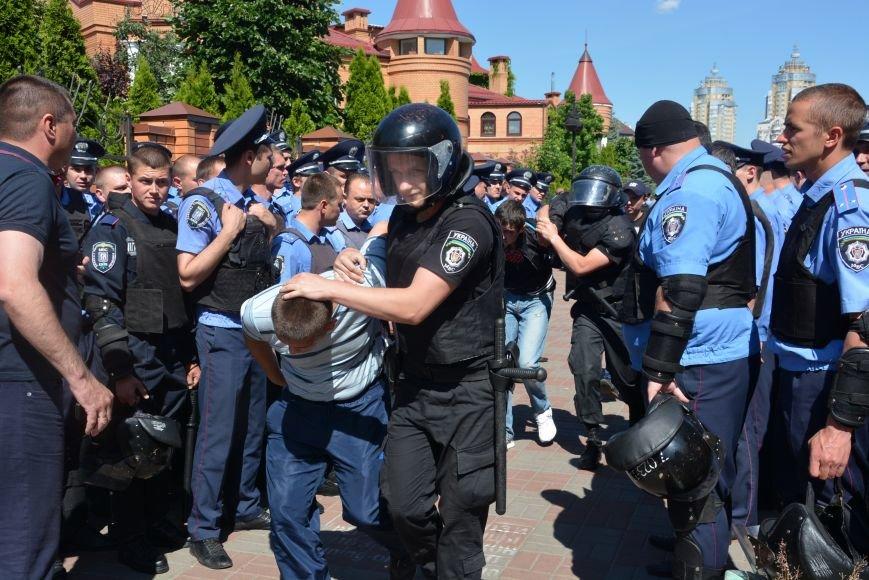 Разбитые головы и слезоточивый газ: в Киеве прошел ЛГБТ-марш (ФОТОРЕПОРТАЖ) (фото) - фото 3
