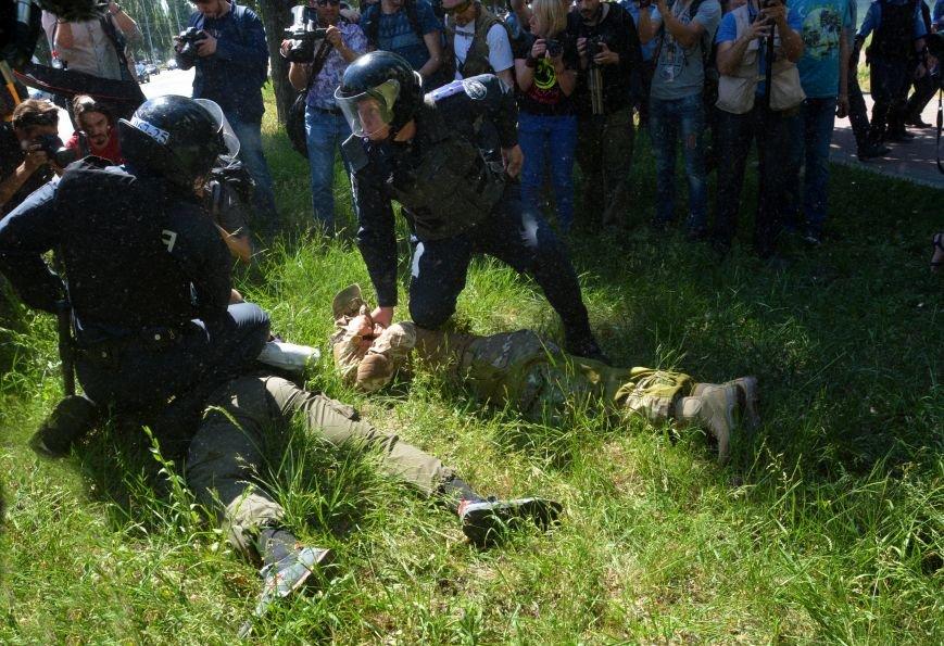 Разбитые головы и слезоточивый газ: в Киеве прошел ЛГБТ-марш (ФОТОРЕПОРТАЖ) (фото) - фото 5