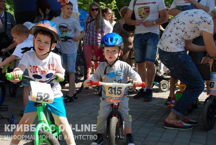 В Кривом Роге дети гоняли по парку им.газеты «Правда» на велосипедах и «машинках»  (ФОТО) (фото) - фото 1