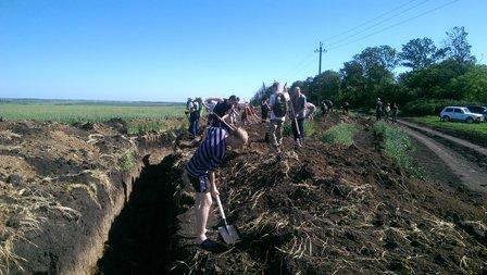 Мариупольские чиновники и волонтеры вырыли километр оборонительных сооружний (фото) - фото 1