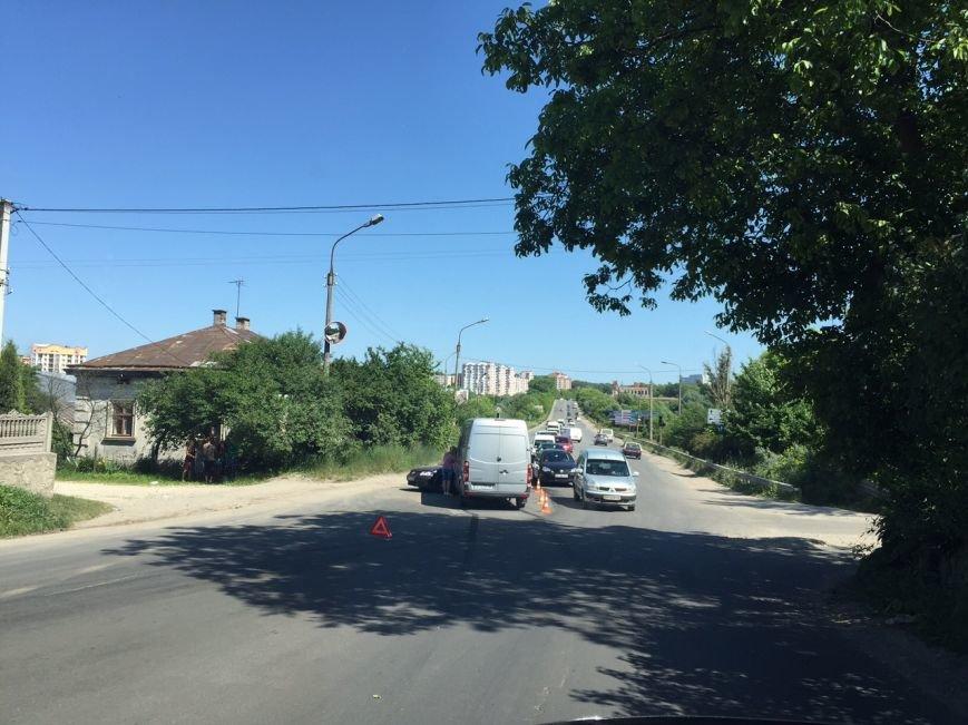 «Багато крові, побиті автівки»: у Тернополі на Об'їзній зіткнулися бус і легківка (ФОТО) (фото) - фото 1