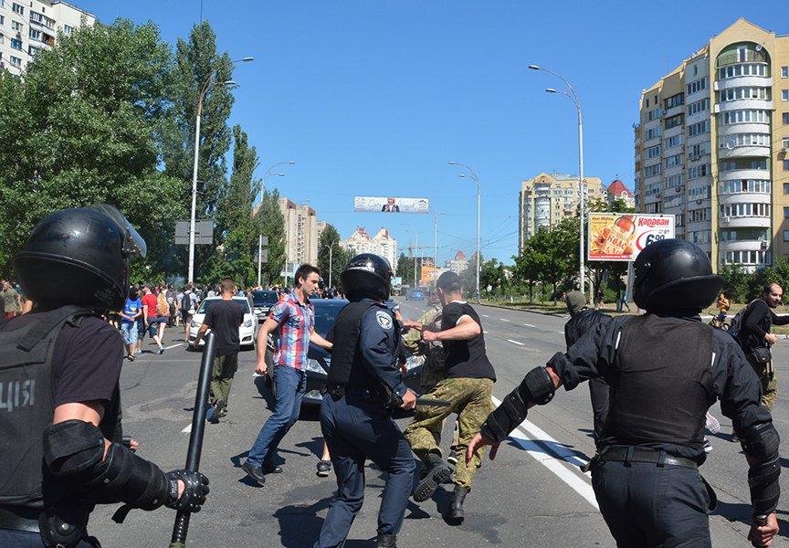 ЛГБТ-активисты собрали 10 тыс. грн на лечение пострадавших милиционеров (фото) - фото 1