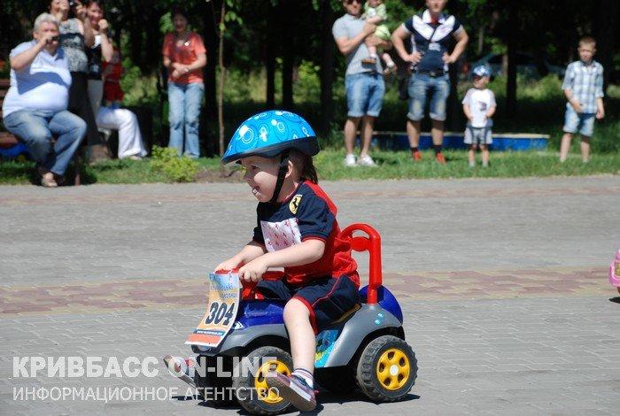 В Кривом Роге: журналисты стали волонтерами, пьяный пассажир избил водителя маршрутки, а для детей провели велогонку (фото) - фото 3