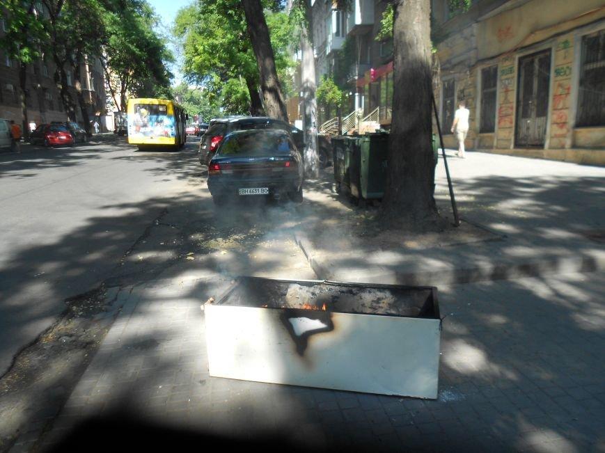 Центр Одессы в ядовитом дыму: Неизвестные подожгли холодильник (ФОТО) (фото) - фото 1