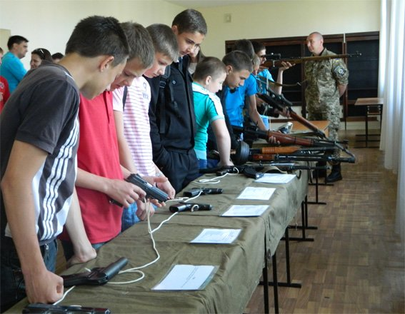 Правоохоронці організували для вихованців школи-інтернату ознайомчо-показові заняття з вогневої підготовки. ФОТО (фото) - фото 1