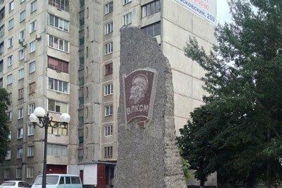 В Харькове с памятного знаку комсомольцам на Салтовке пропала табличка (ФОТО) (фото) - фото 1