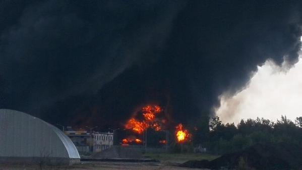 Под Киевом пылает нефтебаза, у ГосЧС не хватает техники, чтобы потушить распространяющийся пожар (фото) - фото 1
