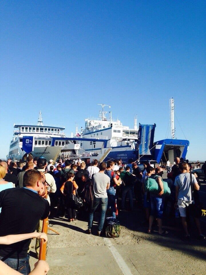 Очереди на Керченской переправе не редеют. Появилась информация, что пассажиров через пролив будет перевозить вертолет (ФОТО), фото-2