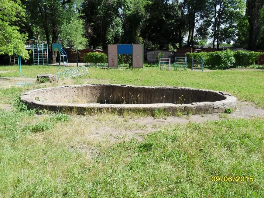 В Кривом Роге в детсаду  на ребенка упала металлическая лестница (фото) - фото 1