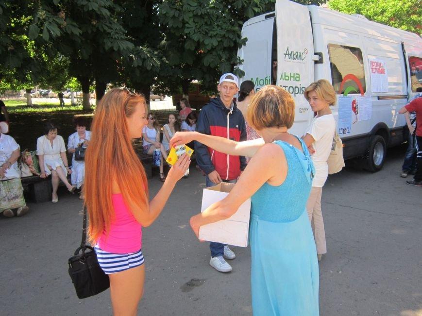 Конфету на сигарету и в придачу презерватив: в Славянске прошла акция под лозунгом «Здоровым быть модно! Здоровым быть престижно!» (фото) - фото 1